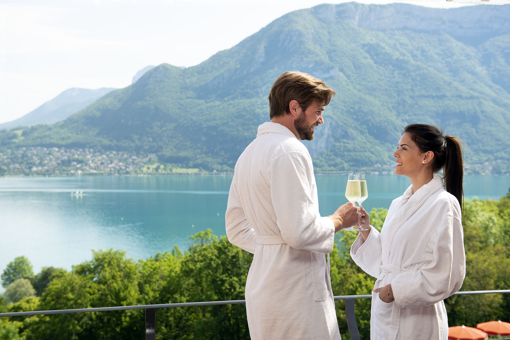 343/chambres/hotel-tresoms-annecy-chambre-vue-lac-couple-champagne.jpg