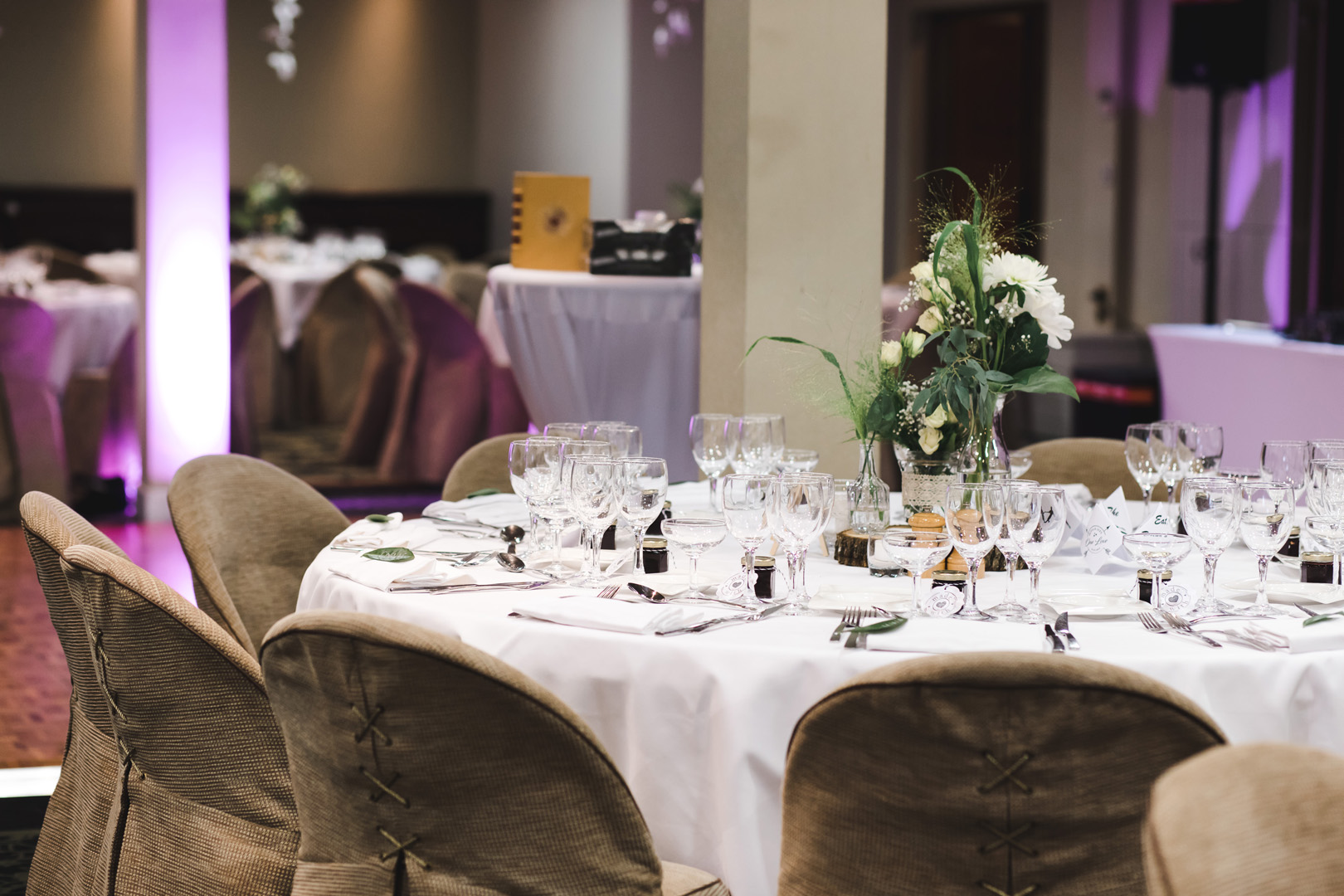 343/mariages et receptions/mariage-hotel-tresoms-decoration-salle-reception-invites.jpg
